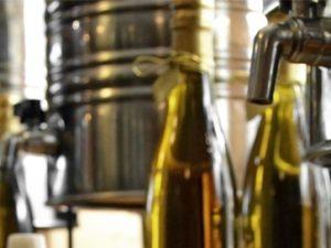 Cómo es y qué importancia tiene el proceso de envasado del aceite de oliva